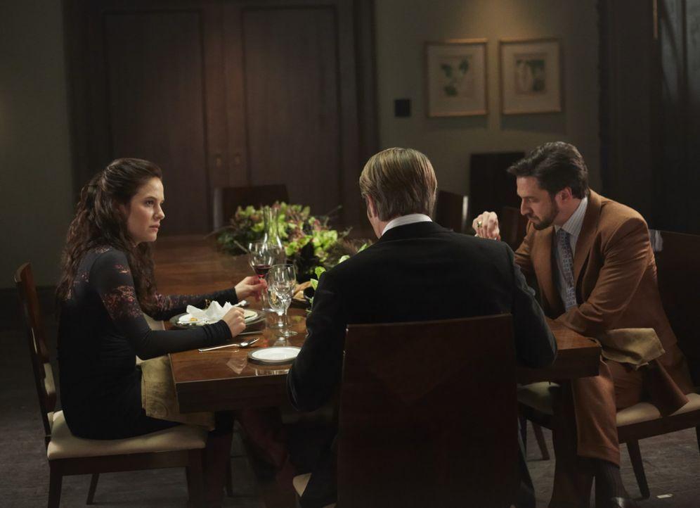 Dr. Hannibal Lecter (Mads Mikkelsen, M.) hat Dr. Alana Bloom (Caroline Dhavernas, l.) und Dr. Frederick Chilton (Raúl Esparza, r.) zum Dinner einge... - Bildquelle: 2012 NBC Universal Media, LLC