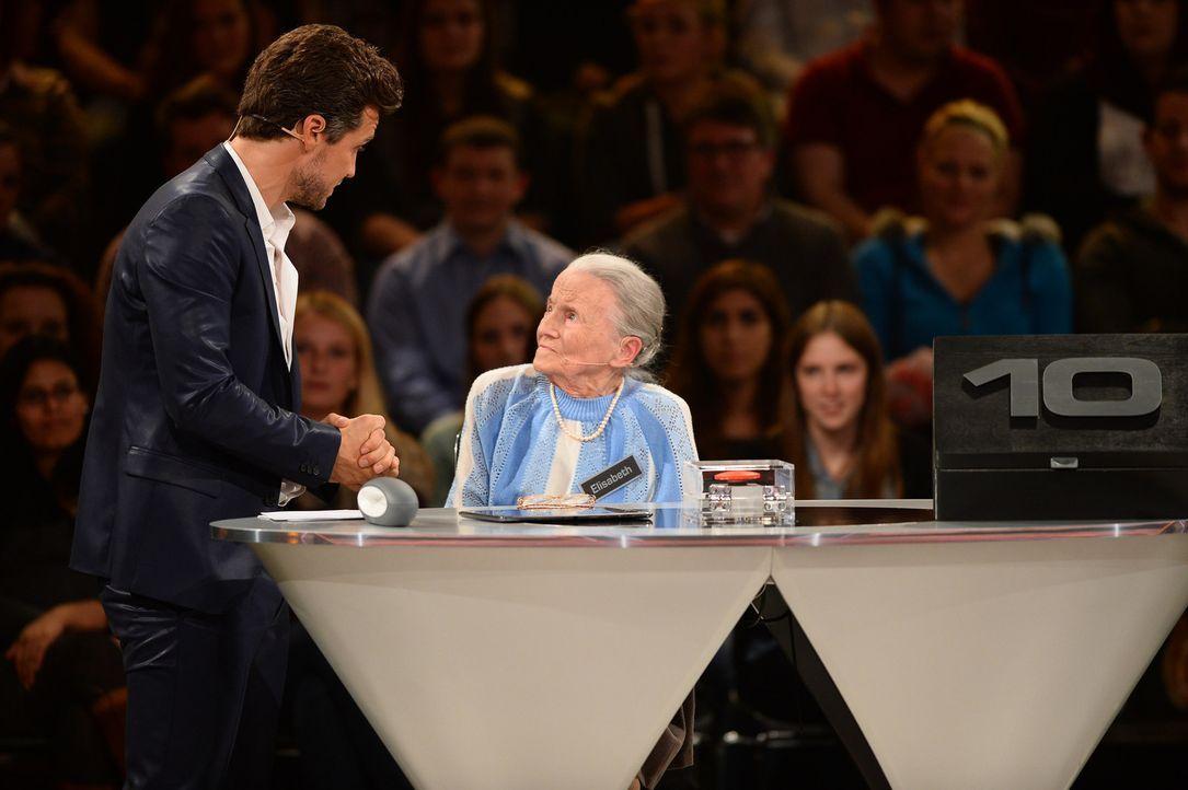 """""""Deal or no Deal"""": Wayne Carpendale (l.) fordert gerne mal zum Zocken auf, aber Kandidatin Elisabeth (M.) sollte lieber einen kühlen Kopf bewahren .... - Bildquelle: Willi Weber SAT.1"""