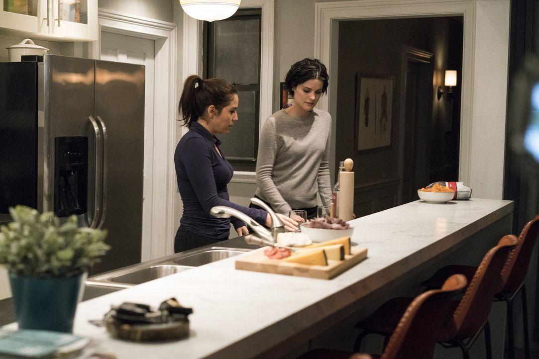 Auch ein hochqualifiziertes FBI Team (Audrey Esparza, l., Jaimie Alexander, r.) hat mal Hunger ... - Bildquelle: Warner Brothers