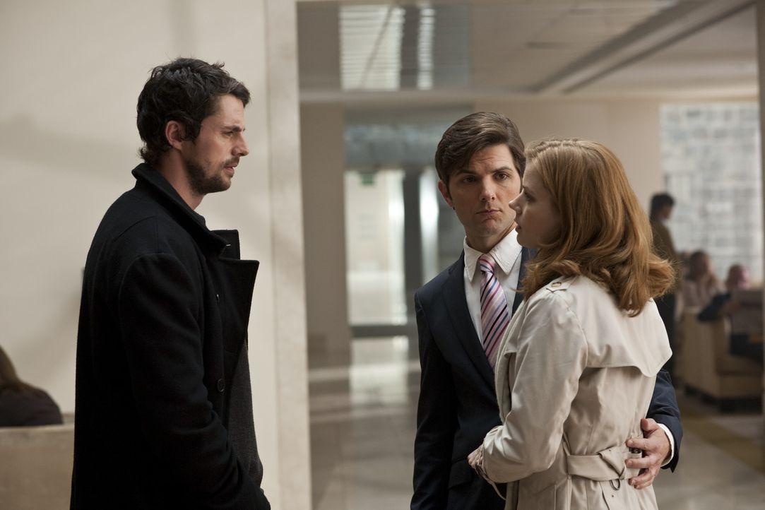 Declan (Matthew Goode, l.) hat seinen Auftrag erfüllt, er hat Anna (Amy Adams, r.) und ihren Freund Jeremy (Adam Scott, M.) wieder zusammen gebrach... - Bildquelle: 2010 Universal Studios