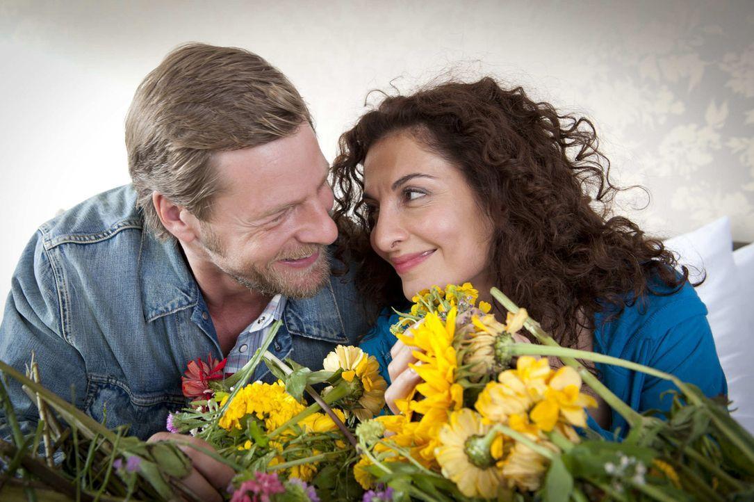 Mick (Henning Baum, l.) ist überglücklich, dass Tanja (Proschat Madani, r.) die Schussverletzung so gut überstanden hat. Allerdings übertreibt e... - Bildquelle: SAT.1