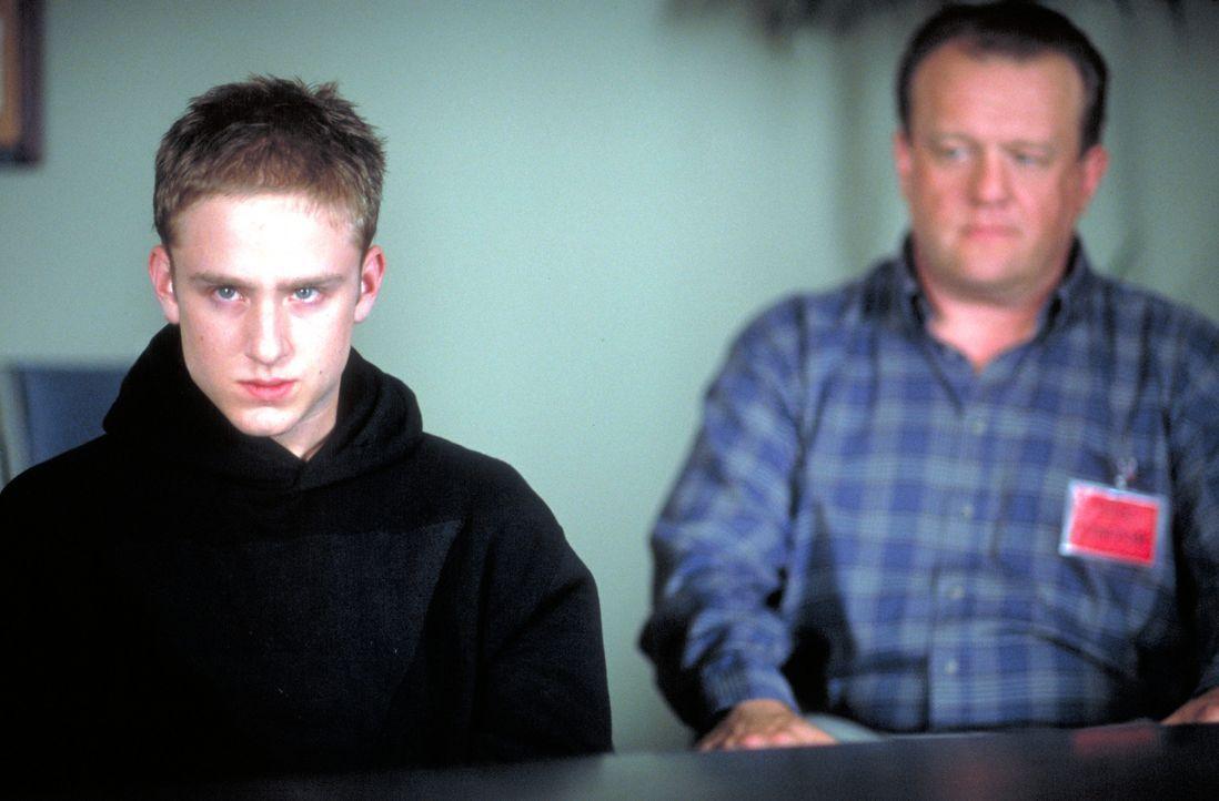 Seitdem sein Sohn (Ben Foster, l.) seiner Schule mit einem Massaker drohte, hat Bob Adams (Eric Keenleyside, r.), Besitzer einer Wäscherei, nichts... - Bildquelle: Viacom Productions Inc.
