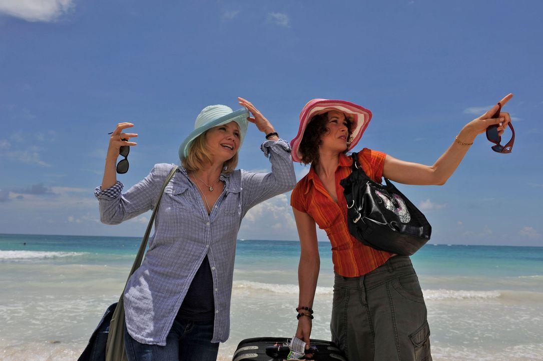 Zu ihrem Geburtstag schenkt sich die bescheidene Barbara Lichtblau (Annette Frier, l.) eine Mexiko-Reise. Weil ihr Mann nicht mitkommen will, spring... - Bildquelle: Hardy Brackmann SAT.1