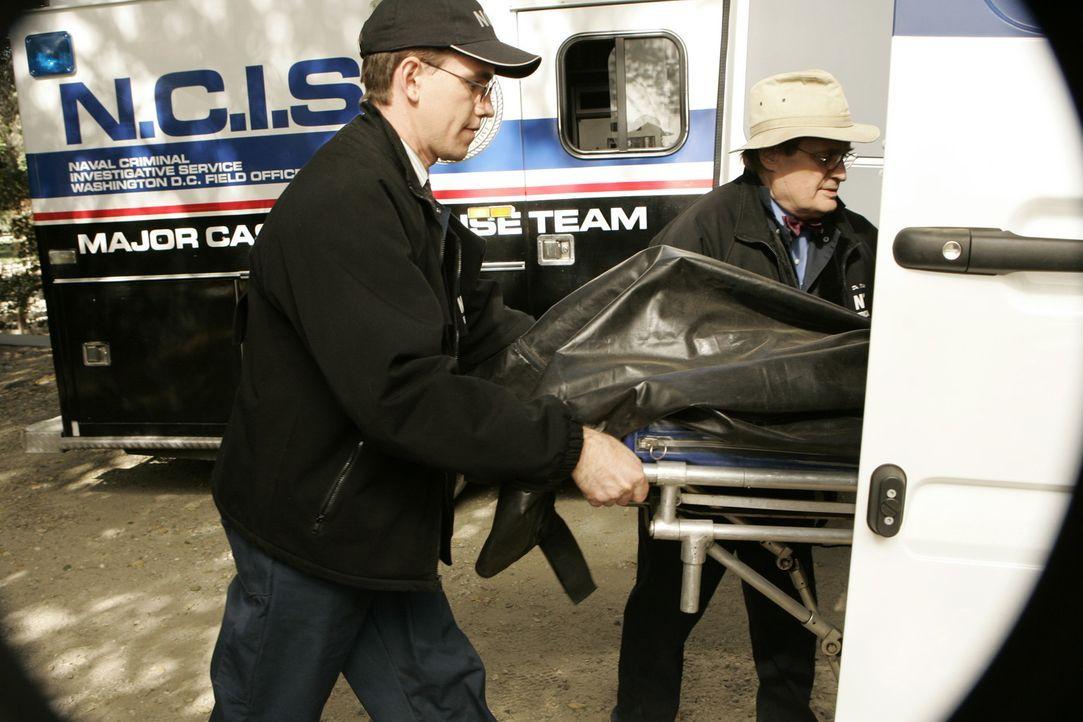 Um festzustellen an was Petty Officer Riley gestorben ist, müssen Jimmy Palmer (Brian Dietzen, l.) und Ducky (David McCallum, r.) eine Obduktion vo... - Bildquelle: CBS Television