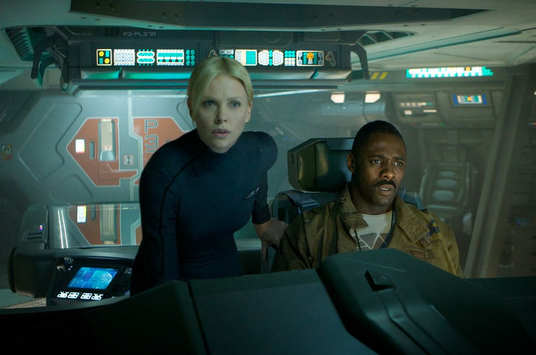 Haben eine mörderische Begegnung mit unheimlichen Wesen aus einer fremden Welt: Pilot Janek (Idris Elba, r.) und Kommandantin Vickers (Charlize Ther... - Bildquelle: TM and © 2012 Twentieth Century Fox Film Corporation. All rights reserved.
