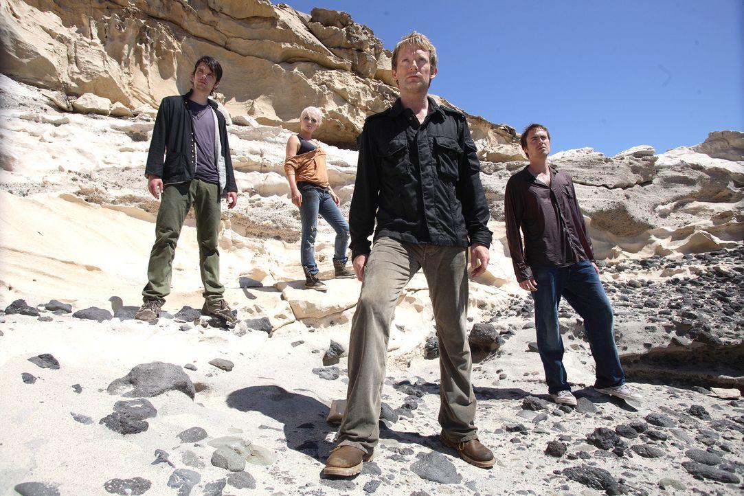 Durch ein Wurmloch gelangen Connor (Andrew Lee Potts, l.), Abby (Hannah Spearritt, 2.v.l.), Cutter (Douglas Henshall, 2.v.r.) und Stephen (James Mur... - Bildquelle: ITV Plc