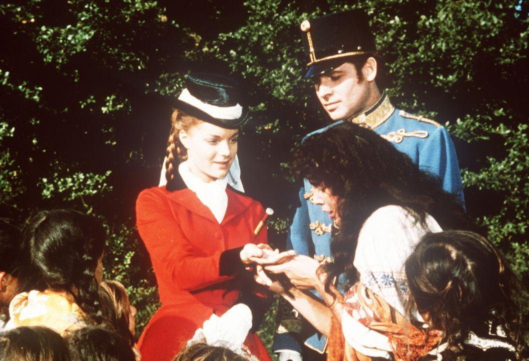 Kaiserin Sissi (Romy Schneider, hinten l.), begleitet vom Grafen Andrassy (Walter Reyer, hinten r.), lässt sich von einer Zigeunerin die Hand lesen... - Bildquelle: UFA-Filmverleih