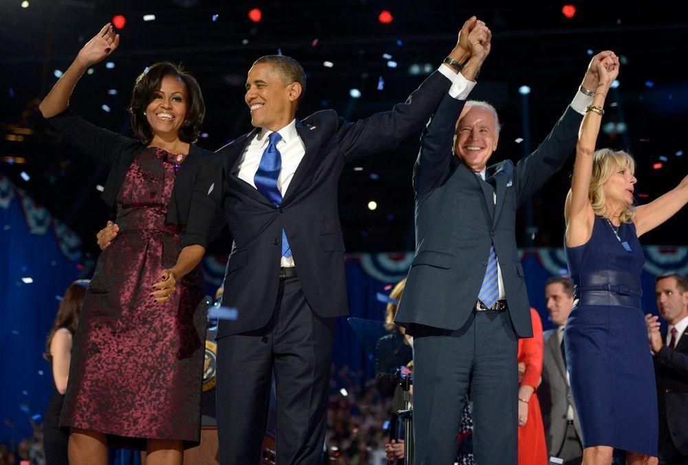Präsident Barack Obama feiert zusammen mit seiner Frau Michelle, Vizepräsident Joe Biden und dessen Frau Jill auf der Bühne.  - Bildquelle: dpa - Bildfunk +++ Verwendung nur in Deutschland