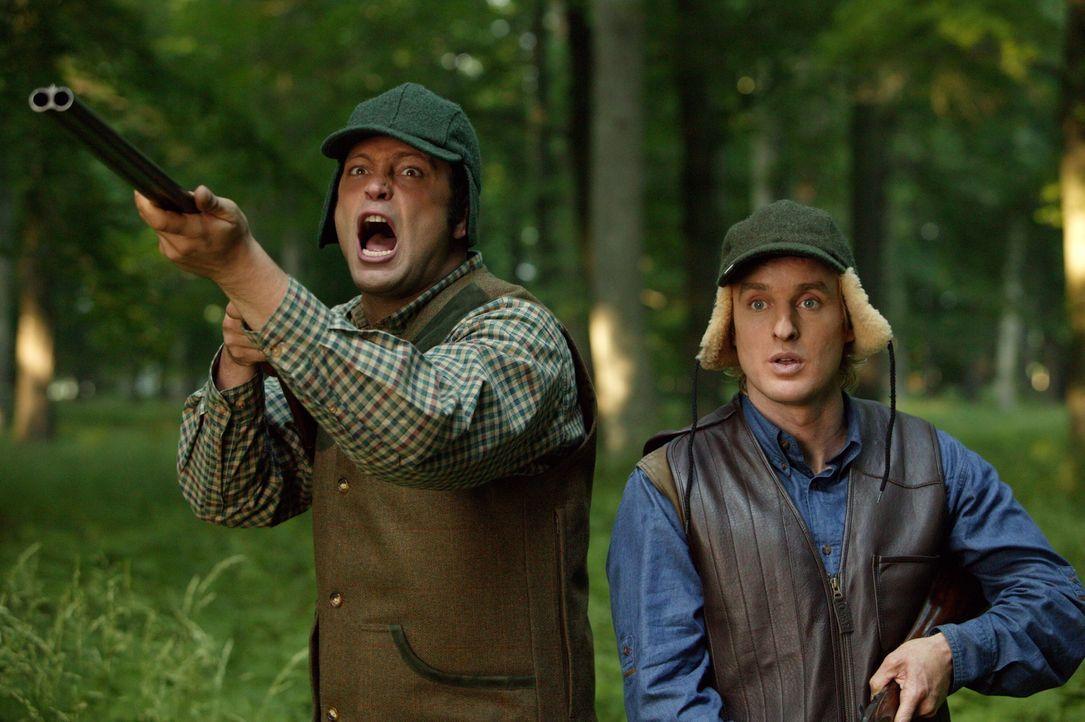 """Weil sich John (Owen Wilson, r.) - entgegen der """"Regeln für Hochzeits-Crasher"""" - in die Brautjungfer Claire verliebt hat, beschließen er und Jeremy... - Bildquelle: Warner Bros. Television"""