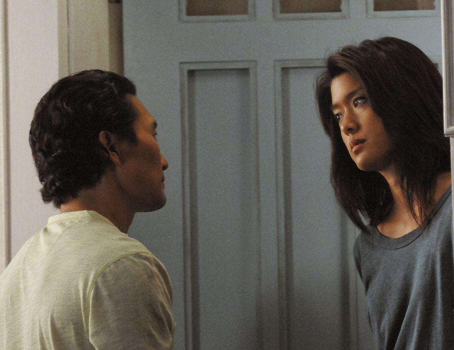 Chin (Daniel Dae Kim, l.) sorgt sich nach wie vor um Kono (Grace Park, r.) und versichert ihr, dass er  immer für sie da zu sein wird, wenn sie red... - Bildquelle: TM &   CBS Studios Inc. All Rights Reserved.