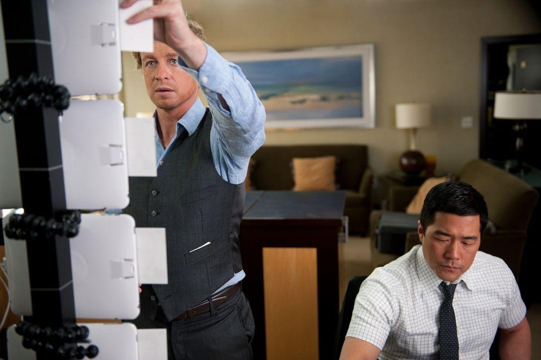 Ein neuer Fall beschäftigt Patrick (Simon Baker, l.) und Kimball (Tim Kang, r.) ... - Bildquelle: Warner Bros. Television