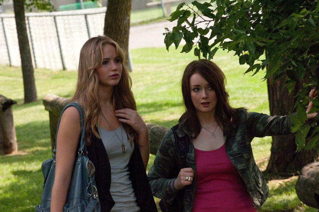 Weshalb nur hängt Jillian (Allie MacDonald, r.) weiter mit Tyler und seinen Freunden ab? Schließlich konnte Elissa (Jennifer Lawrence, l.) selbst mi... - Bildquelle: 2011 HATES, LLC.  All Rights Reserved.