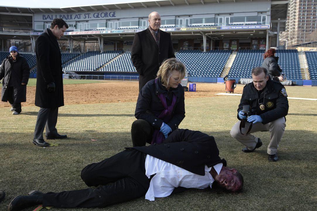 Eine Leiche wird mitten auf einem Baseballfeld gefunden, doch ist es erst völlig unklar, wie sie dort hingekommen ist. Joanne Webster (Jane Curtin,... - Bildquelle: 2011 CBS Broadcasting Inc. All Rights Reserved.
