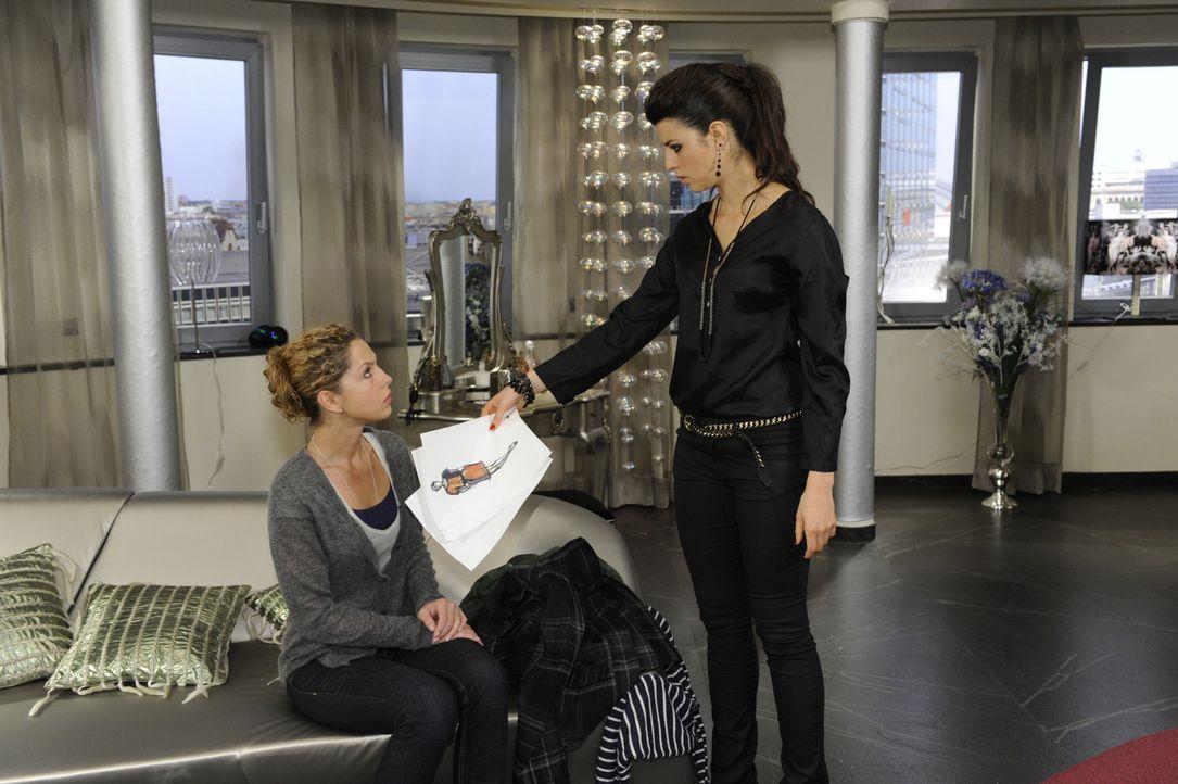 In Carla (Sarah Mühlhause, l.) wächst die Befürchtung, dass Nina (Maria Wedig, l.) ihr langsam über den Kopf wächst ... - Bildquelle: SAT.1
