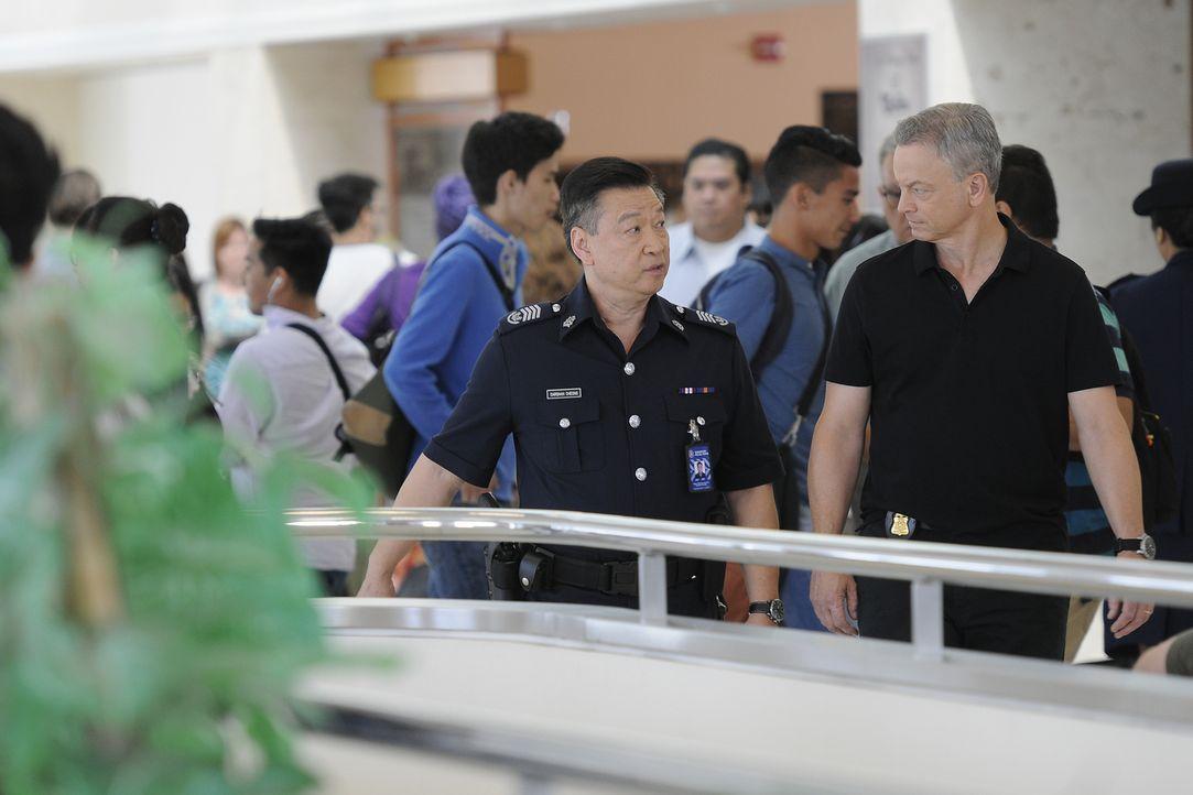 Als eine Stewardess am Flughafen von Singapur am Gepäckband ermordet aufgefunden wird, wird Jack Garrett (Gary Sinise, r.) und sein Team dazu gezoge... - Bildquelle: Neil Jacobs 2016 ABC Studios. All rights reserved.