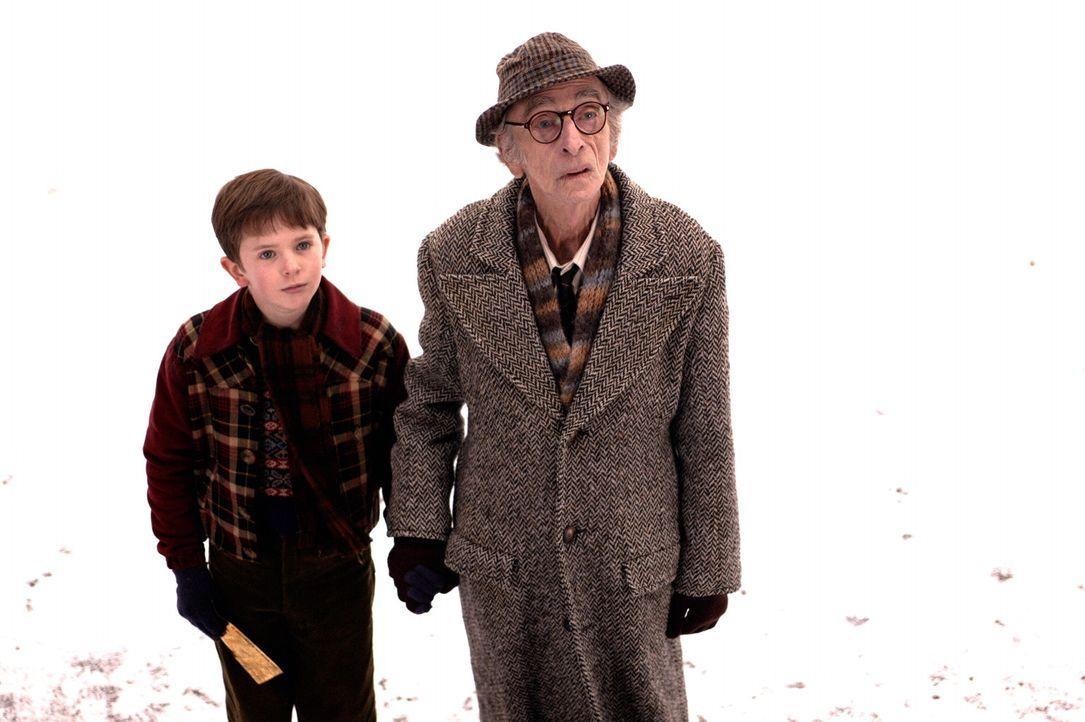 Charlie (Freddie Highmore, l.) ist einer der glücklichen Gewinner! Sein Großvater Joe (David Kelly, r.) ist von der Neuigkeit derart begeistert, das... - Bildquelle: Warner Bros. Pictures