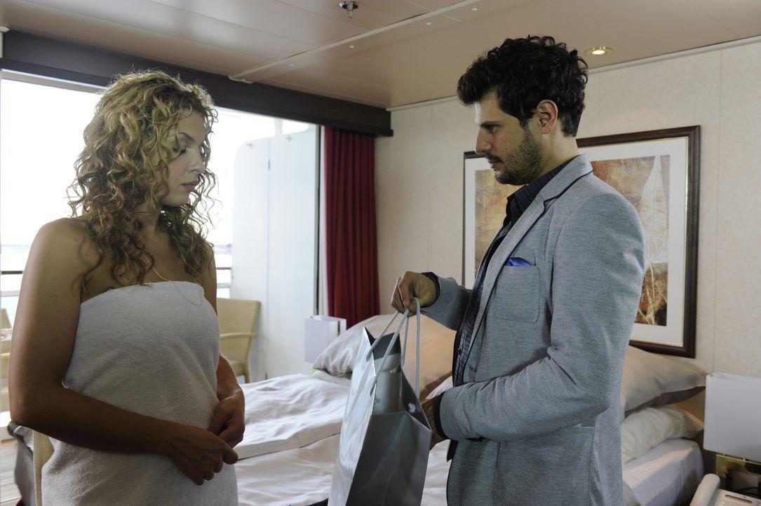 Gerade noch rechtzeitig schafft es Luca (Manuel Cortez, r.) zu verhindern, dass Nina (Maria Wedig, l.) als blinder Passagier gemeldet wird ... - Bildquelle: SAT.1