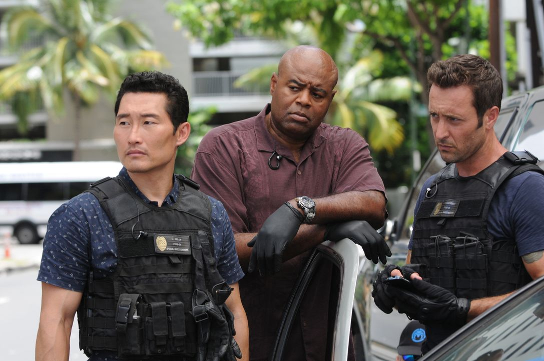 Müssen den Tod an einem wohlhabenden Einsiedler aufklären: Steve (Alex O'Loughlin, r.), Chin (Daniel Dae Kim, l.) und Grover (Chi McBride, M.) ... - Bildquelle: Norman Shapiro 2015 CBS Broadcasting, Inc. All Rights Reserved