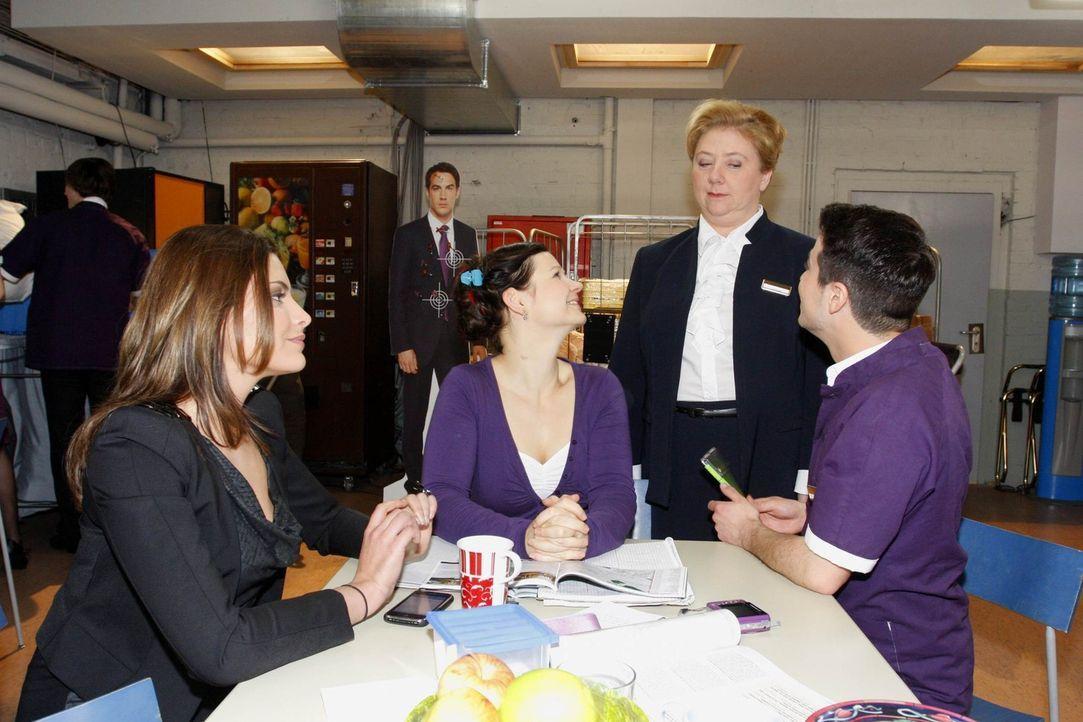Eva ist überrascht, als die Teenager sie unterstützen wollen: Chris Putzer (Sophia Thomalla, l.), Eva Zielinski (Anett Heilfort, 2.v.l.), Paula Ga... - Bildquelle: SAT.1
