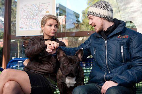 Hannes (Tino Mewes) und Checker helfen Danni (Annette Frier) bei ihren Ermittlungen im Altersheim. - Bildquelle: Frank Dicks - Sat1