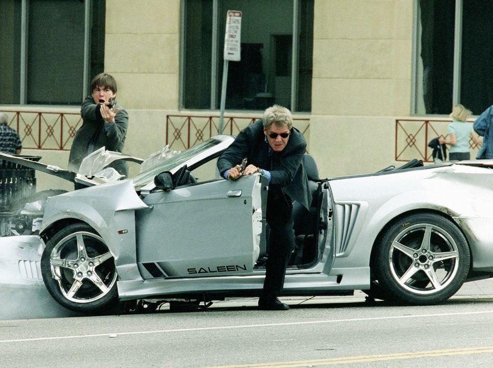 Als die beiden Cops K.C. (Josh Hartnett, l.) und Gavilan (Harrison Ford, r.) in einem Mord an einer Hip-Hop-Band ermitteln, sehen sie zunächst nur i... - Bildquelle: 2003 Sony Pictures Television International. All Rights Reserved.
