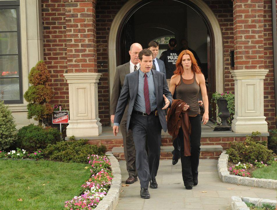 Ein Ehepaar wird erschossen in seiner Küche aufgefunden. Carrie (Poppy Montgomery, vorne r.) und Al (Dylan Walsh, vorne l.) beginnen mit den Ermitt... - Bildquelle: Sony Pictures Television Inc. All Rights Reserved.