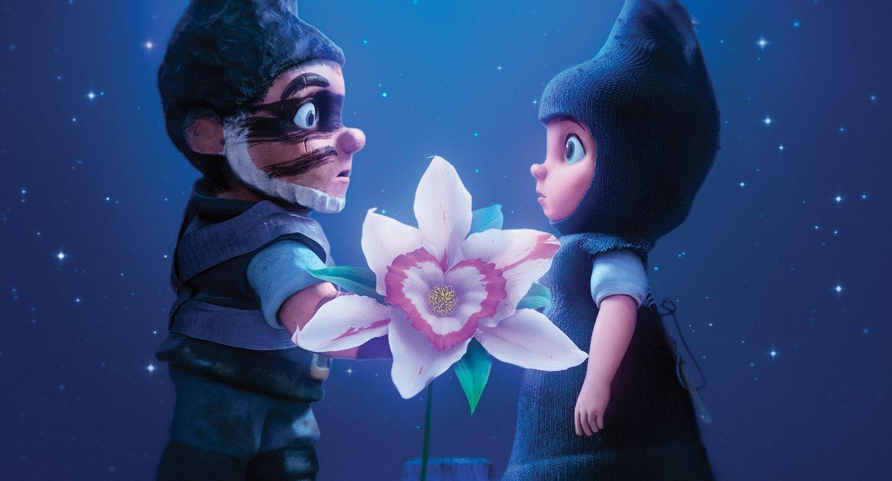 Bei dem Versuch eine wunderhübsche Orchidee zu pflücken, kommen sich der blaue Zwerg Gnomeo (l.) und die rote Zwergin Julia (r.) näher. Mit Entsetze... - Bildquelle: Touchstone Pictures,   Miramax Film NY, LLC. All rights reserved