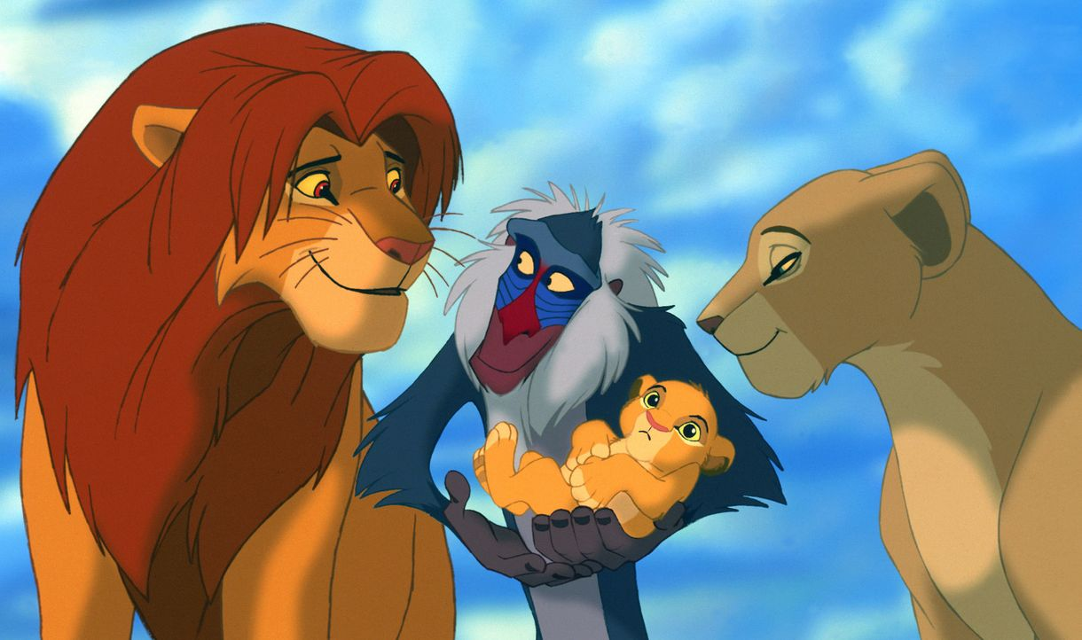 Rafiki (M.), Sarabi (r.) und der König der Löwen Mufasa (l.) begrüßen den kleinen Thronfolger Simba (M. u.) ... - Bildquelle: Disney