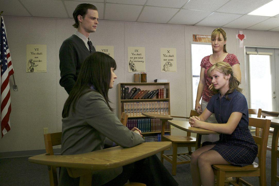 Als ein Notruf aus einer streng religiösen Sekte eingeht, dass dort junge Mädchen missbraucht würden, gehen Emily (Paget Brewster, 2.v.l.) und Re... - Bildquelle: Touchstone Television
