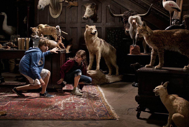 Als Pia (Jamie Bick, r.) und Lukas (Friedrich Heine, l.) in den Zoo einbrechen, finden sie viele ausgestopfte Tiere vor, denn der Zoodirektor stopft... - Bildquelle: Sony Pictures