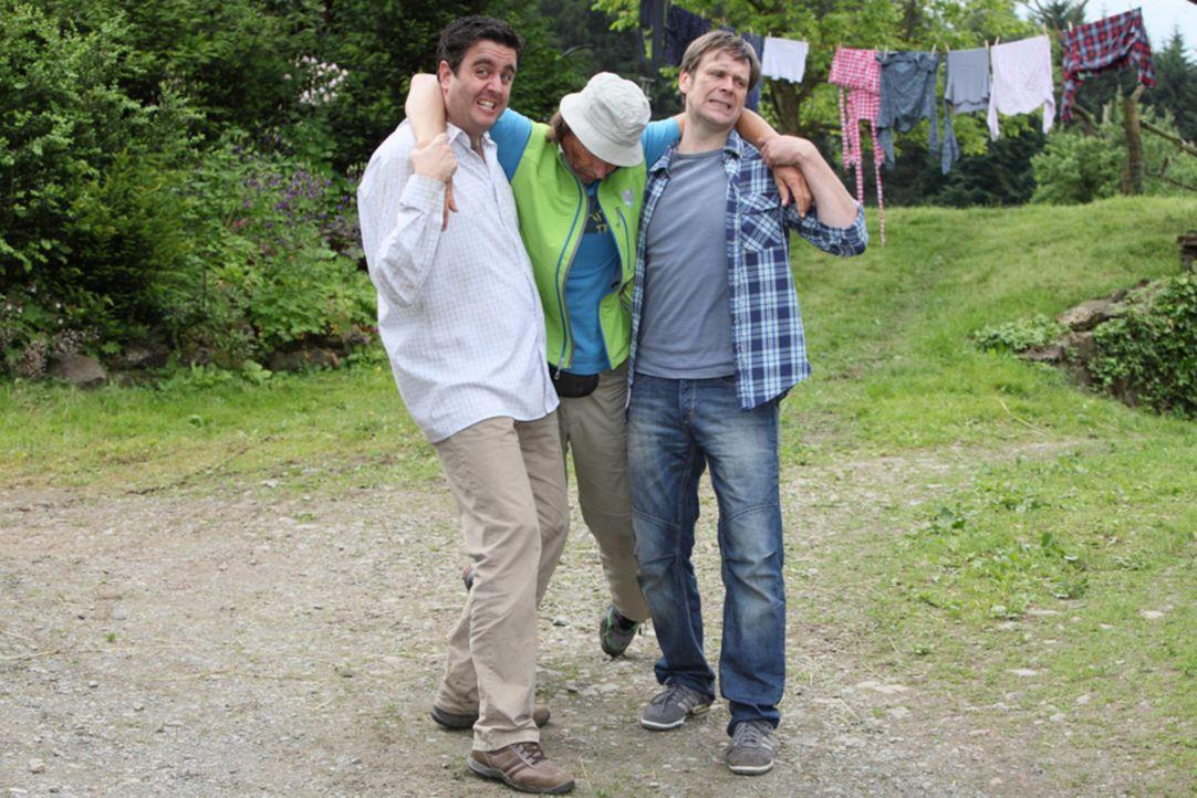 Was ist nur mit Bastian (Bastian Pastewka, l.), Hagen (Matthias Matschke, r.) und Ecki (Eisi Gulp, M.) passiert? - Bildquelle: Frank W. Hempel SAT.1