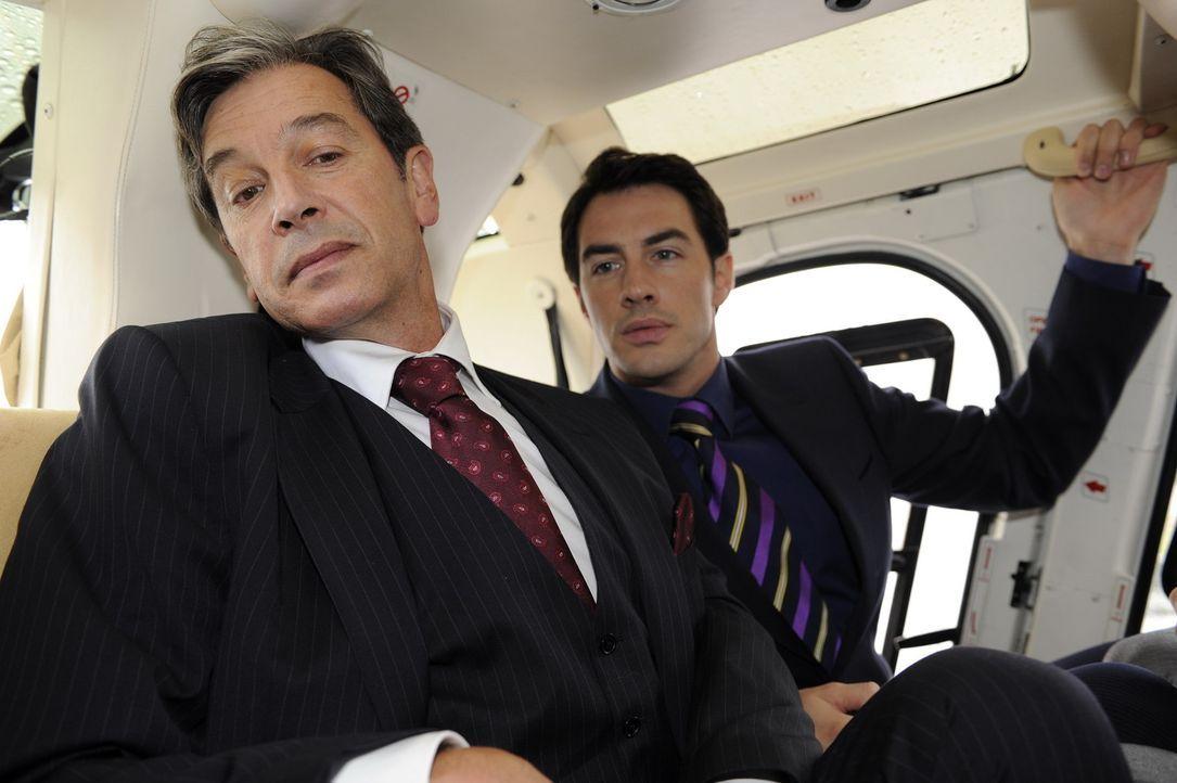 Während eines exklusiven Business-Ausflugs per Hubschrauber von Julius (Günter Barton, l.) und Mark (Arne Steohan, r.), gerät ein blinder Passagi... - Bildquelle: SAT.1