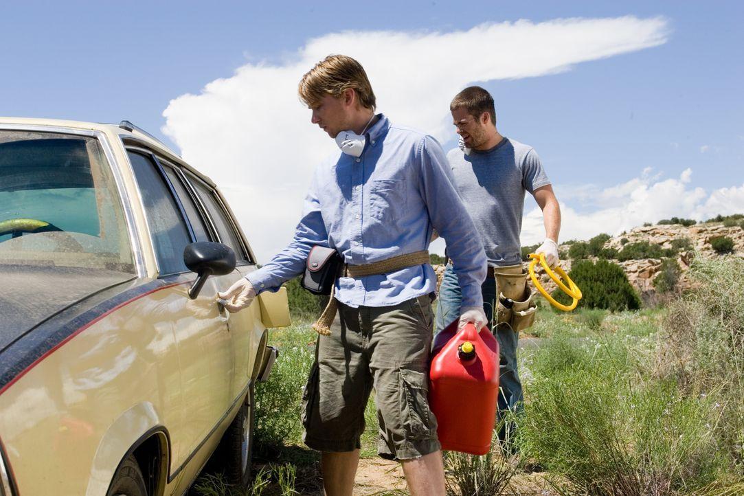 Nachdem ihr Auto eine Panne hat, beginnt für Danny (Lou Taylor Pucci, l.) und Brian (Chris Pine, r.) ein unermüdlicher Kampf ums Überleben, der von... - Bildquelle: 2006 Ivy Boy Productions Inc. - All Rights Reserved