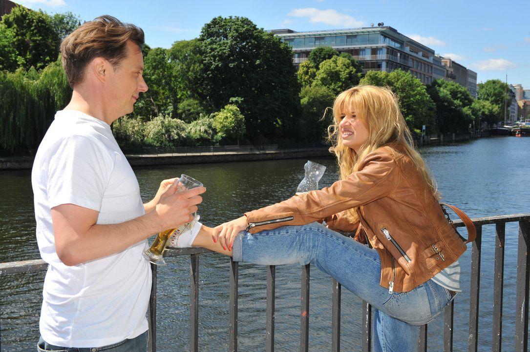 Mila (Susan Sideropoulos, r.) lässt sich auf ein Date mit Till (Arndt Schwering-Sohnrey, l.) ein, bei dem sie sich anders gibt, als sie wirklich ist... - Bildquelle: Oliver Ziebe SAT.1
