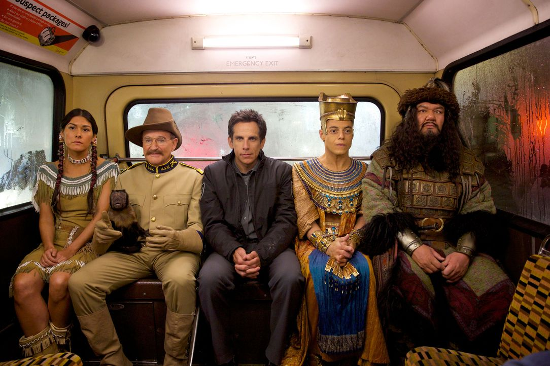 Larry (Ben Stiller, M.) mit seiner Museumscrew: Sacajawea (Mizuo Peck, l.), Teddy Roosevelt (Robin Williams, 2.v.l.), Ahkmenrah (Rami Malek, 2.v.r.)... - Bildquelle: 2014 Twentieth Century Fox Film Corporation.  All rights reserved.