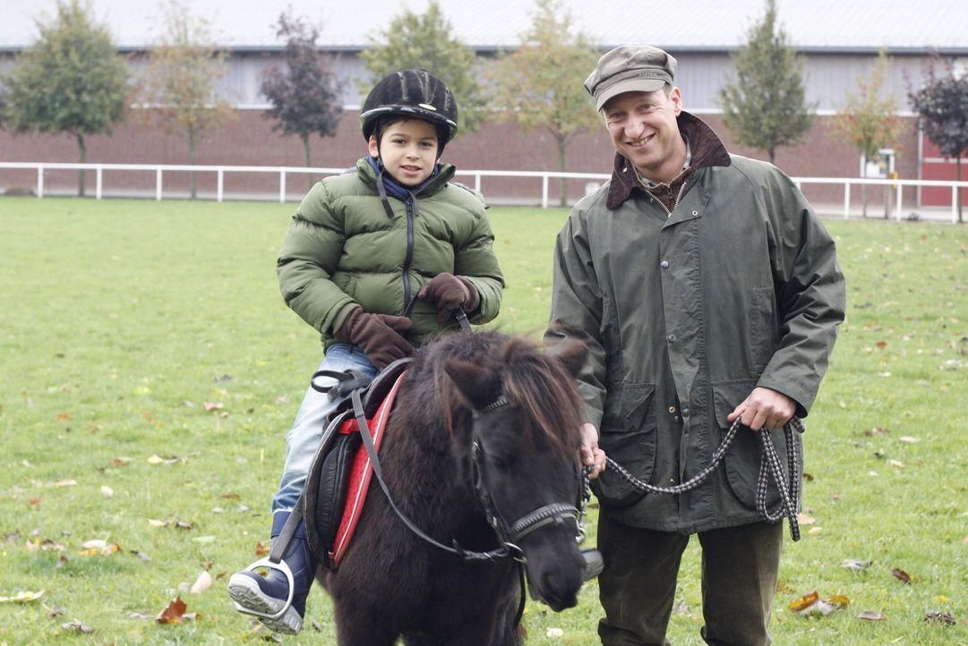 Daniel (Alexander Türk, l.) genießt den Tag am Gestüt. Stallmeister Hans (Mike Maas, r.) lässt ihn sogar auf einem Pony reiten ... - Bildquelle: SAT.1
