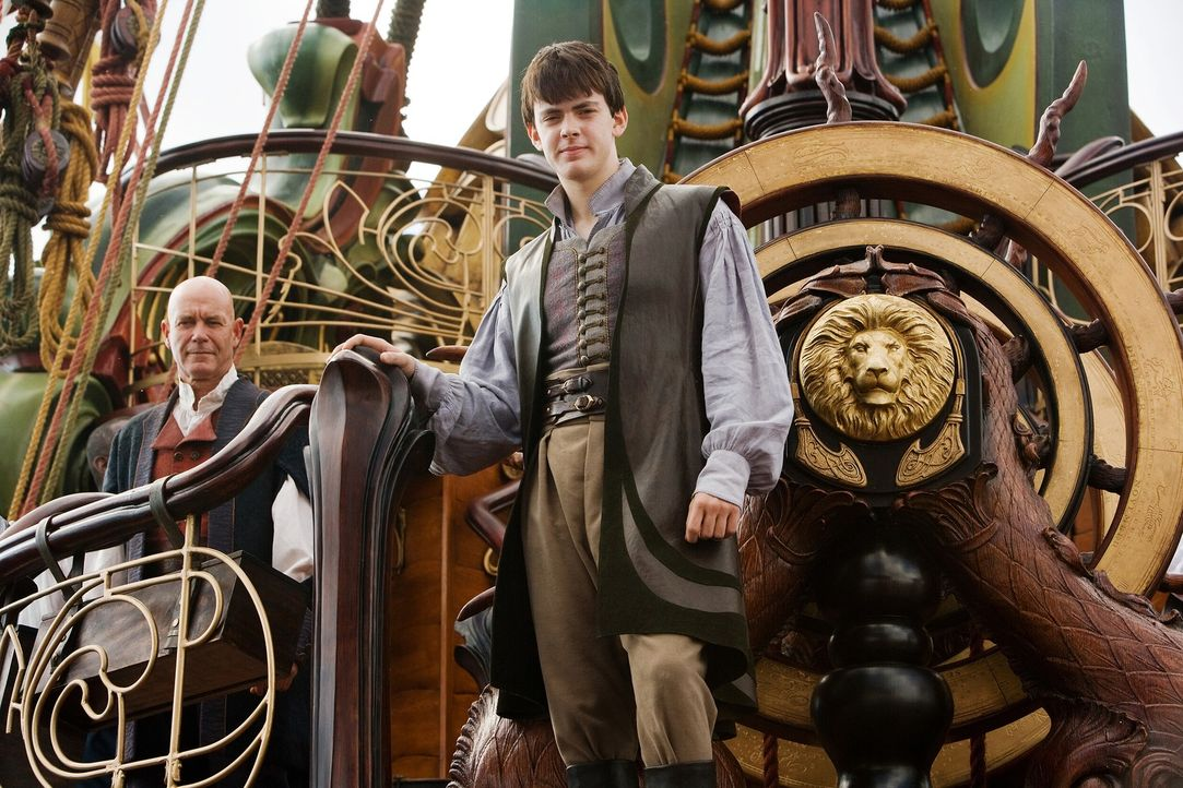 Eben noch hat Edmund (Skandar Keynes, r.) ein Bild im Zimmer seines unangenehmen Cousins betrachtet, da wird er auch schon von diesem Gemälde versch... - Bildquelle: Phil Bray 2009 Twentieth Century Fox Film Corporation and Walden Media LLC. All rights reserved.