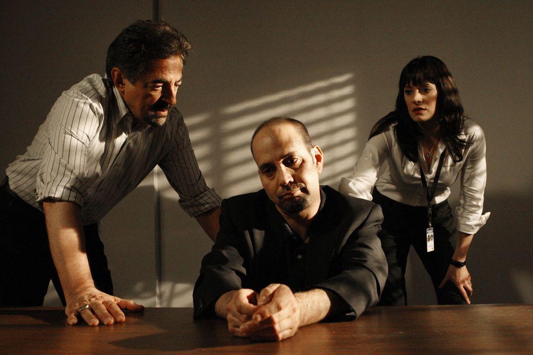 Nachdem ein Junge in Las Vegas ermordet aufgefunden wurde, beginnen Rossi (Joe Mantegna, l.) und Emily (Paget Brewster, r.) mit den Ermittlungen und... - Bildquelle: Touchstone Television