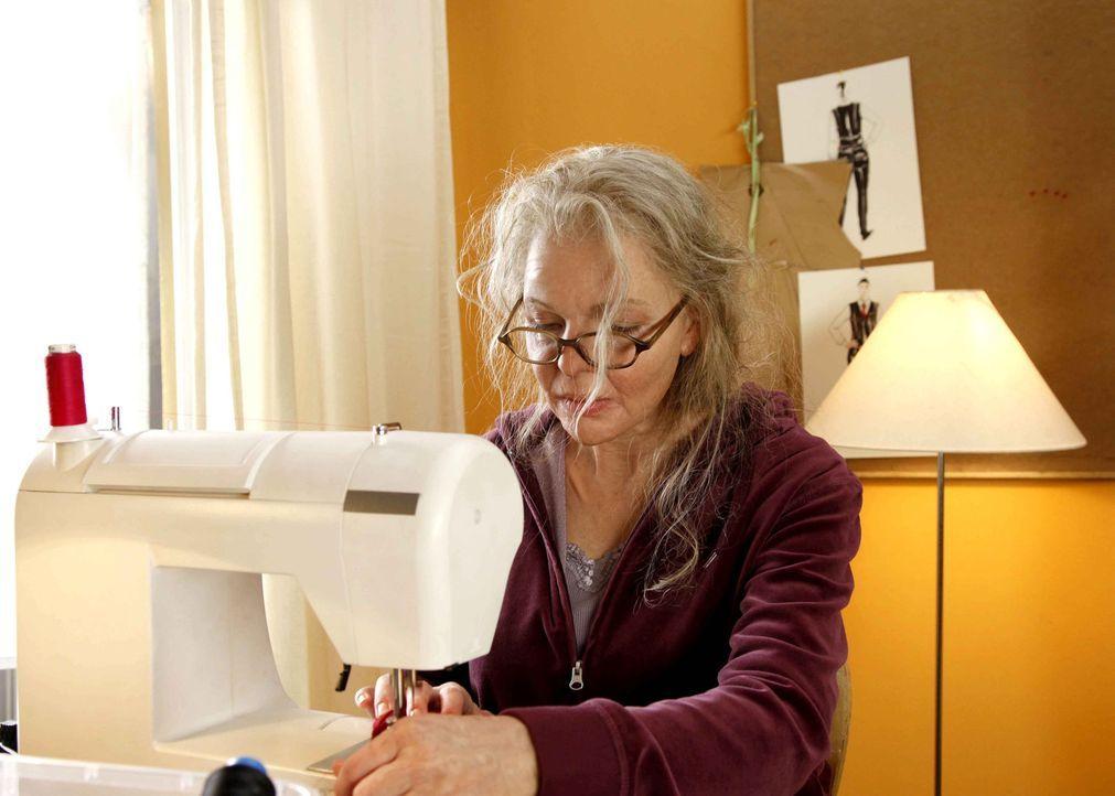 Muss eine Kollektion an Mamas alter Nähmaschine und mit den Gebrechen des Alters fertigstellen: die eigentlich blutjunge Modedesignerin Melanie (Yv... - Bildquelle: SAT.1