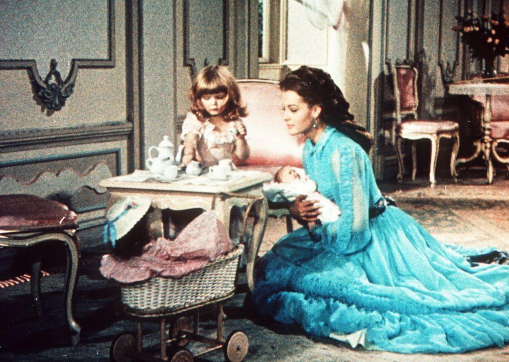 Ihrer Tochter Gisela (Helga Jesch, l.) ist Kaiserin Elisabeth (Romy Schneider, r.) eine liebevolle Mutter ... - Bildquelle: UFA-Filmverleih