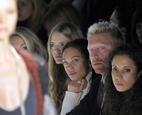 """Boris Becker, Lilly Kerssenberg und  Julia Stegner verfolgen am Donnerstag  während der Fashion Week in Berlin die Show des Designerlabels """"Lala"""".  - Bildquelle: dpa"""