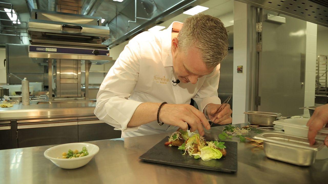 Für den deutschen Küchenchef Tobias Pfister bedeutet eine Neueröffnung dieser Größe, 180 Köche und zehn Restaurants in den Griff zu bekommen! - Bildquelle: SAT.1