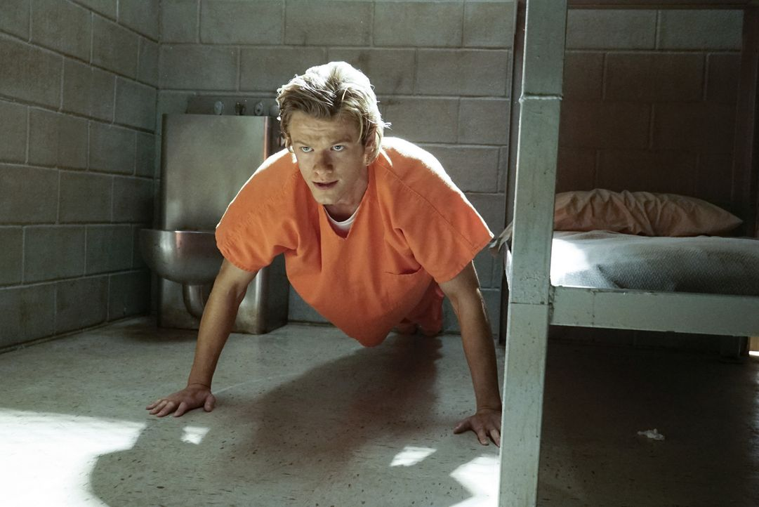Verdeckt als Insasse eines Hochsicherheitsgefängnisses versucht MacGyver (Lucas Till), gemeinsam mit Drogenbaron El Noche, aus dem Knast auszubreche... - Bildquelle: 2016 CBS Broadcasting, Inc. All Rights Reserved