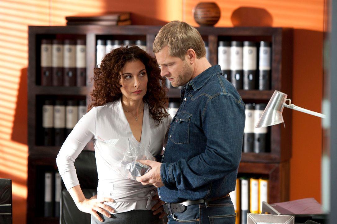 Tanja (Proschat Madani, l.) ahnt, dass Mick (Henning Baum, r.) ihr verheimlicht, wer dafür verantwortlich ist, dass Journalisten bei der Lösegeldübe... - Bildquelle: Martin Rottenkolber SAT.1