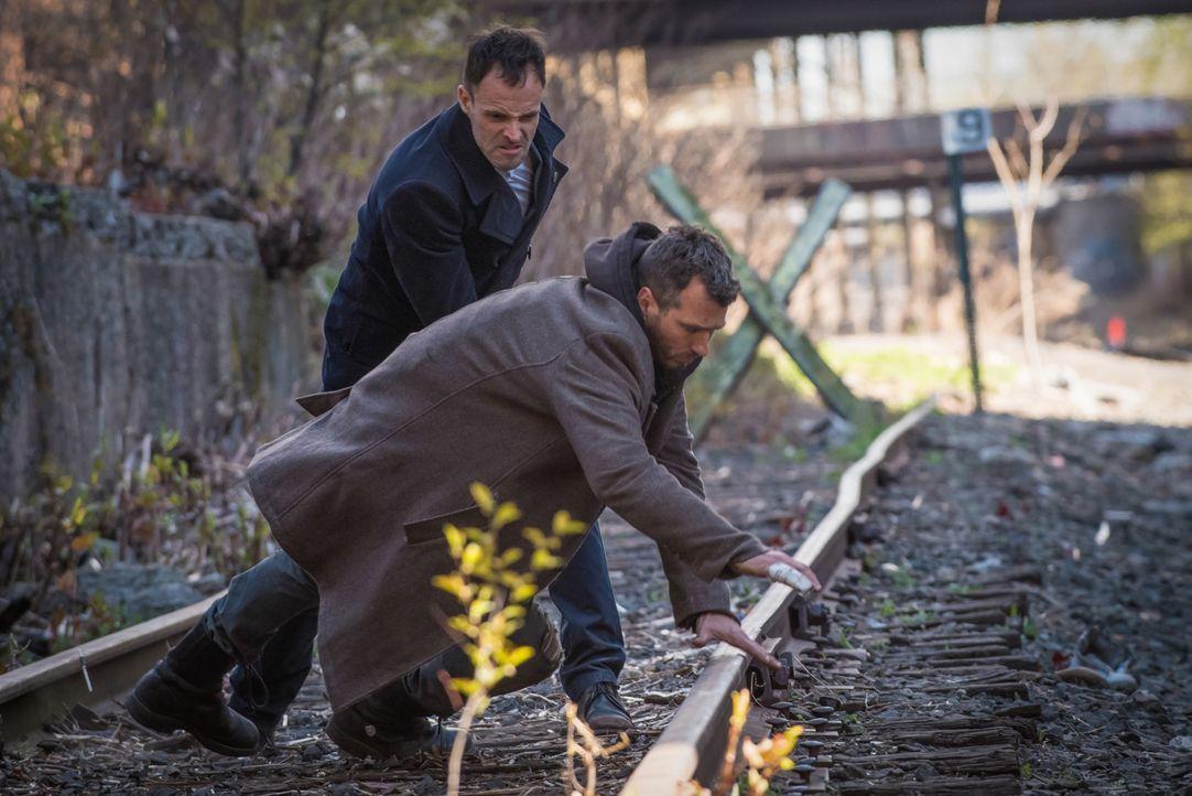 Sherlocks alter Bekannter Oscar Rankin (Michael Weston, r.) aus Junkie-Zeiten möchte, dass Sherlock (Jonny Lee Miller, l.) seine Schwester Olivia fi... - Bildquelle: Jeff Neumann CBS Television