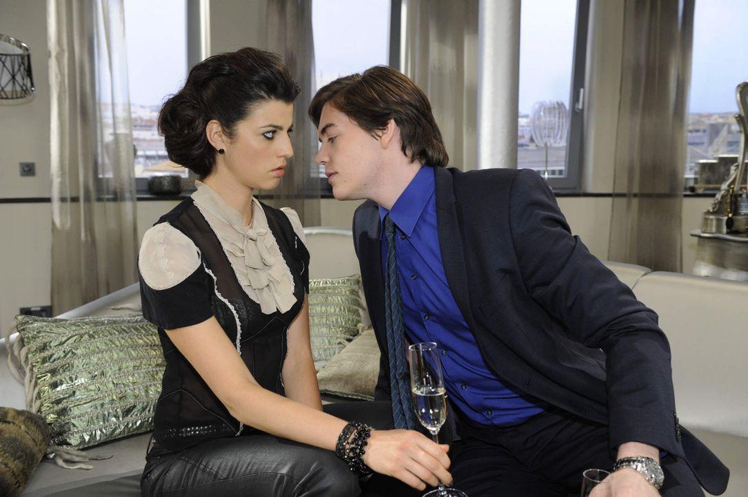Treffen ein Arrangement: (v.l.n.r.) Carla (Sarah Mühlhause) und Kai Kosmar (Frederic Böhle) ... - Bildquelle: SAT.1