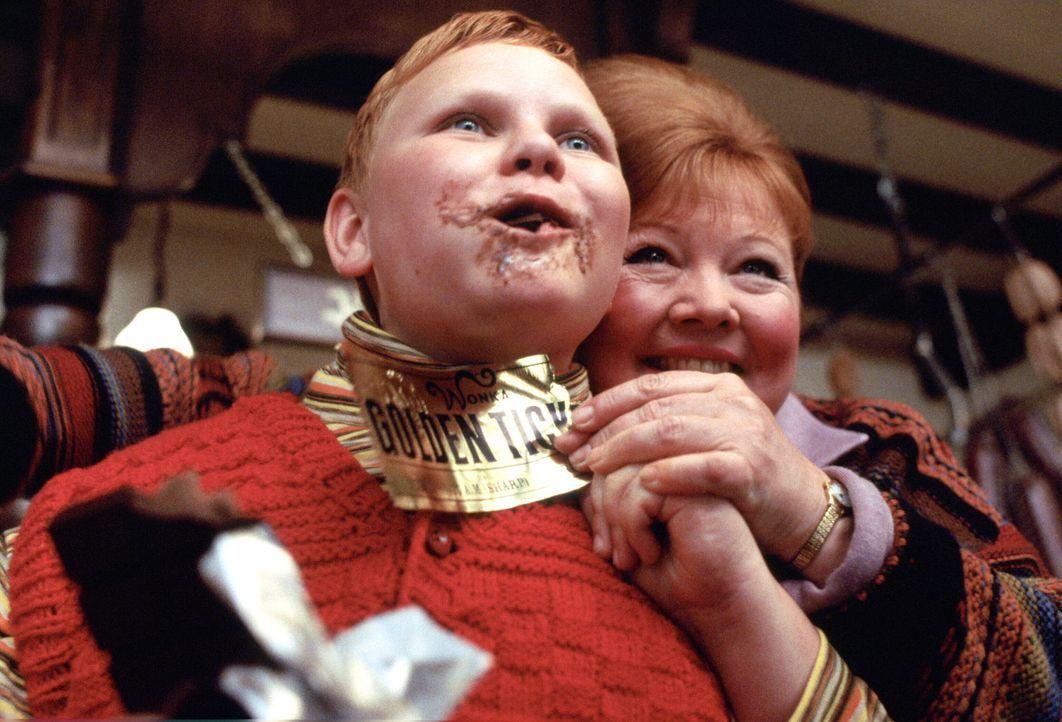 Willy Wonka veröffentlicht eine Erklärung: Er will fünf Kindern seine berühmte Fabrik zeigen und ihnen den gesamten geheimnisvollen Zauber präsentie... - Bildquelle: Warner Bros. Pictures