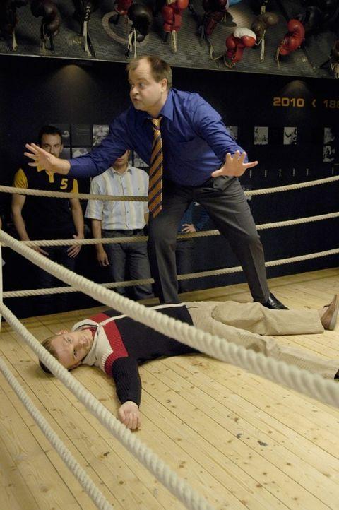 Markus (r.) und Ralf (liegend) wollen den legendären Boxkampf Max Schmeling gegen Joe Louis nachstellen und scheinbar gelingt es ihnen auch sehr re... - Bildquelle: Sat.1