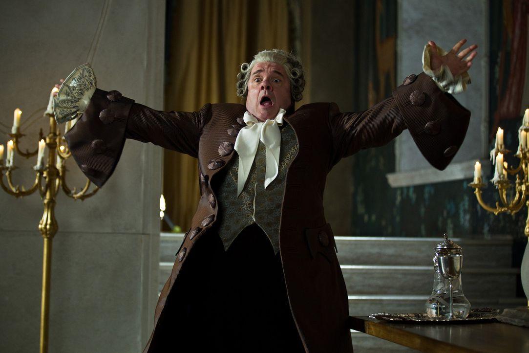 Strafe muss sein! Diener Brighton (Nathan Lane) wird für seinen Ungehorsam in eine Kakerlake verwandelt ... - Bildquelle: Jan Thijs @studiocanal
