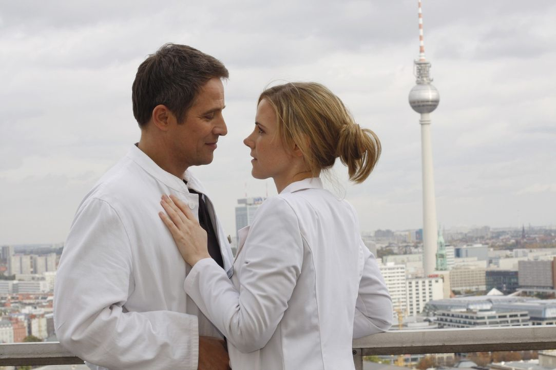 Luisa (Jana Voosen, r.) und Stephan (Andreas Brucker, l.) kommen sich endlich näher ... - Bildquelle: Noreen Flynn Sat.1